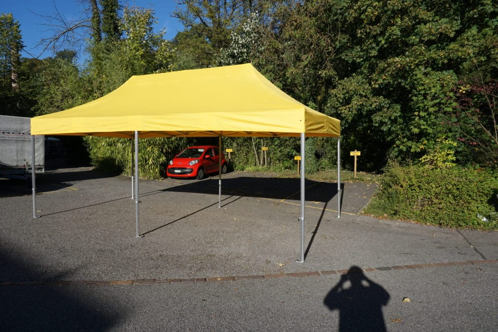 Polyester Faltzelt auf Parkplatz 3x6 Meter Gelb